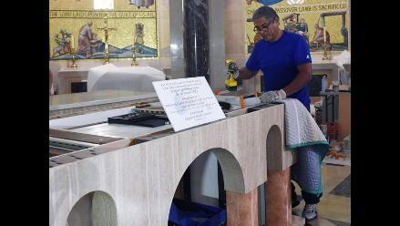 Un peruano construye el altar para la visita del papa a Estados Unidos