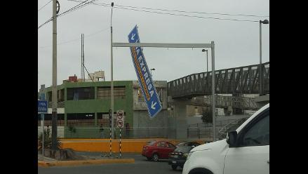 Barranco: letrero de tránsito a punto de caer pone en riesgo a conductores