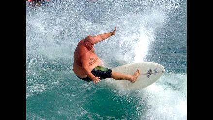 Conoce a siete surfers de peso que la rompen sobre las olas