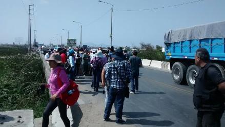 Piura: pobladores bloquearon carretera para exigir rompemuelles