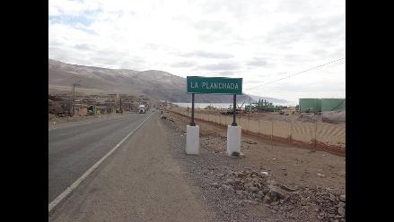 Arequipa: cisterna explosiona al caer al mar en Ocoña