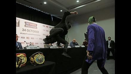 YouTube: boxeador se vistió de Batman en plena conferencia de prensa