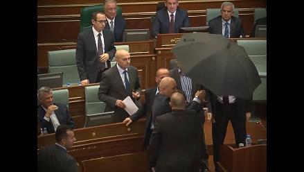 YouTube: diputados lanzaron huevos contra el primer ministro de Kosovo