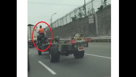 Chofer conduce carrocería de camión sin ninguna protección