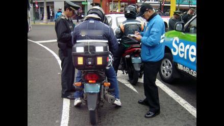 Motociclistas tendrán que usar chalecos distintivos con número de placa