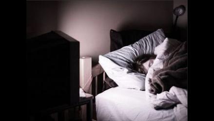 Dormir con el televisor encendido puede generar depresión