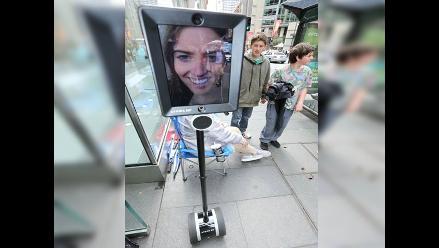 Mujer hace cola para comprar nuevo iPhone con ayuda de un robot