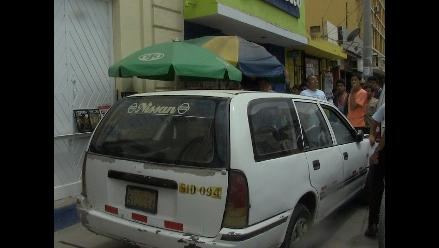 Chiclayo: auto se despista y casi mata a vendedora de diarios