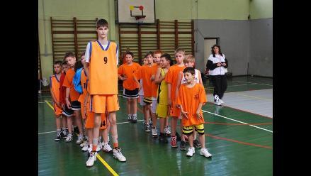 YouTube: Joven basquetbolista rumano mide 2.29 metros y apunta a la NBA