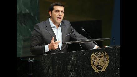 Tsipras dice que Grecia se encuentra en medio de una triple crisis