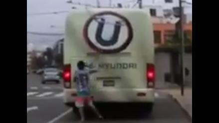 Facebook: hincha de Alianza Lima hizo pintas en el bus de Universitario