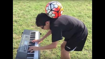 YouTube: niño domina la pelota mientras toca el órgano