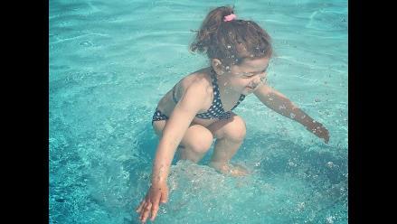 La foto de una niña en una piscina genera debate en las redes sociales