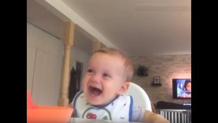 YouTube: Bebé padece de ataque de risa cuando ve a su mamá comiendo fruta