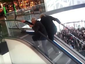 YouTube: Abuelitos se enfrentan a escalera eléctrica