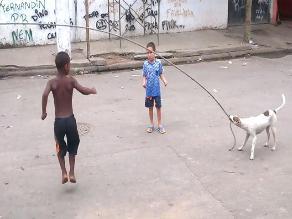 Facebook: perro se divierte ayudando a unos niños a saltar la cuerda