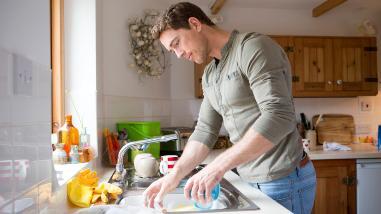 Lavar los platos volutariamente puede reducir el estrés