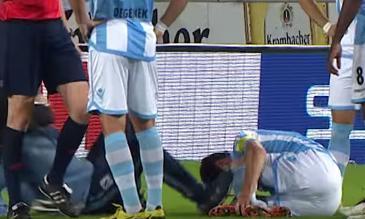 YouTube: médico de un equipo remató con una patada a un jugador lesionado