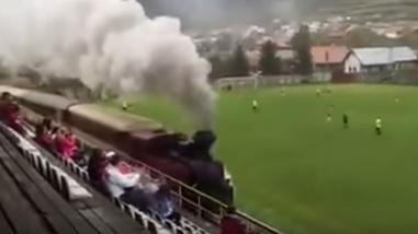 YouTube: tren atraviesa campo de fútbol y los jugadores ni se inmutan