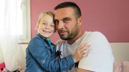 Sus compañeros le ceden sus vacaciones para que cuide de su hija enferma