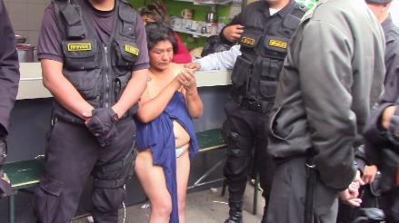 Chapa tu choro: mujer acusada de robar fue desvestida y golpeada