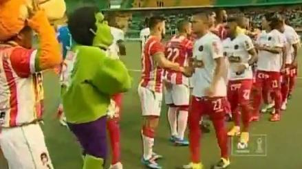 YouTube: los jugadores del Aurich reaccionaron así al saludar a Hulk