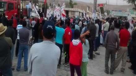 Trabajadores de Construcción Civil bloquean puente en Caylloma