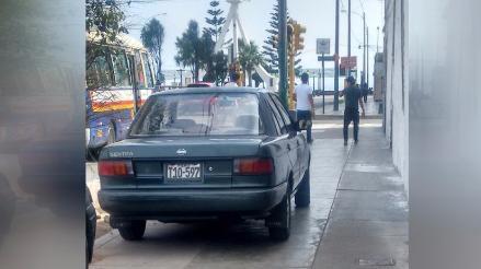 Vehículo usa vereda como estacionamiento en avenida de Magdalena