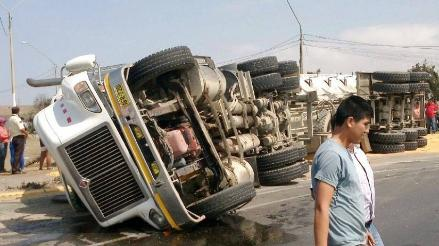 Huanchaco: camión vuelca para evitar impacto contra mototaxi