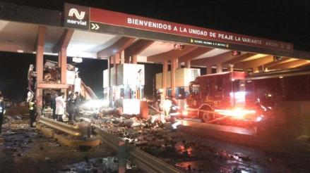 Ancón: dos muertos deja choque de un camión contra garita de peaje
