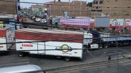 Camiones y tráileres se apoderan de céntrica avenida en Trujillo