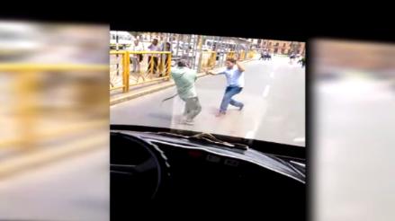 Centro de Lima: conductor y cobrador se pelean en plena vía pública