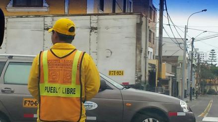 Pueblo Libre: trabajadores de la municipalidad utilizan chalecos con propaganda política