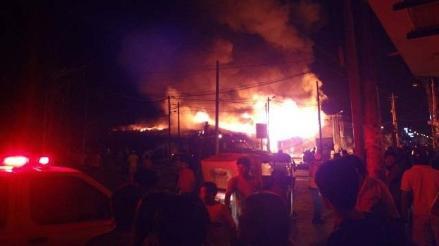 Incendio consume cerca de 200 puestos de un mercado de Chincha