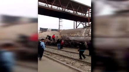Ate: personas trepan ferrocarril para poder cruzar en Huachipa