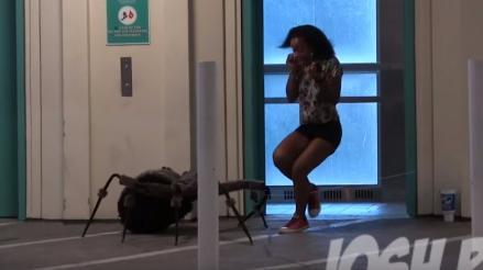 YouTube: Broma de araña gigante causa histéricas reacciones en la calle