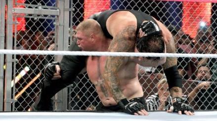 WWE: Brock Lesnar venció a The Undertaker en sangrienta pelea