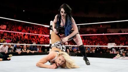 WWE: Charlotte fue traicionada por Paige luego de perder ante Nikki Bella en Raw