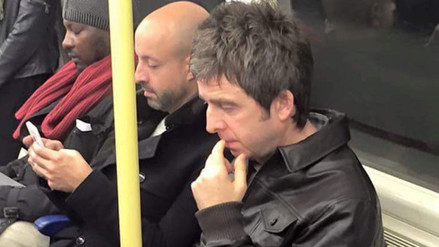 Twitter: Noel Gallagher causa furor por foto en metro de Londres