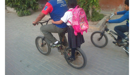 Chiclayo: escolar es transportada de pie en una bicicleta