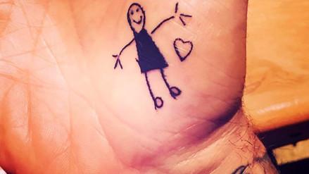 David Beckham se deja tatuar por sus hijos