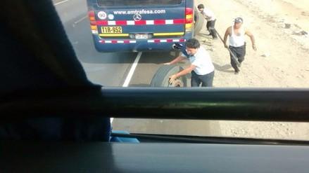 Chiclayo: bus interprovincial cambia llanta con pasajeros dentro
