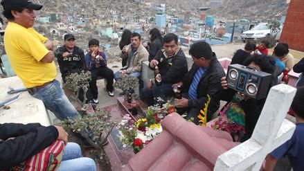 Miles visitan a sus muertos en cementerio más grande del Perú