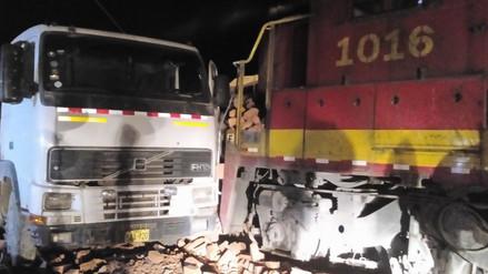La Oroya: conductor de tráiler se salvó de morir tras chocar contra un tren