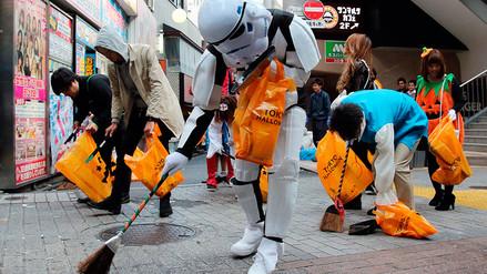 Voluntarios en disfraces limpiaron tras fiestas de Halloween en Tokio