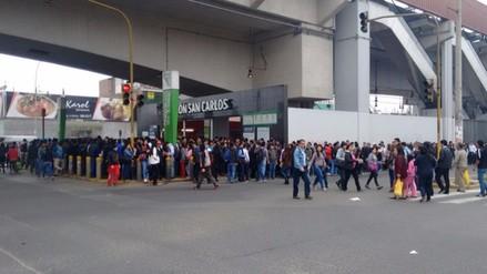 SJL: pasajeros hacen largas colas en la pista en exteriores de estación del Metro de Lima
