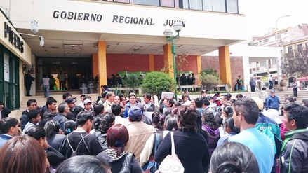 Huancayo: padres de familia de colegio de Satipo protestan en gobierno regional