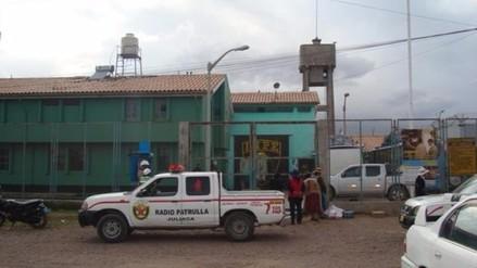 Intervienen a agente de seguridad que ingresó celular a penal de Juliaca