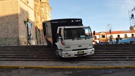 Puno: camión de empresa de cerveza daña escaleras del centro histórico