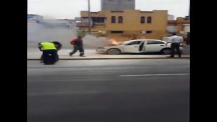 WhatsApp: auto se incendió en la avenida Arequipa